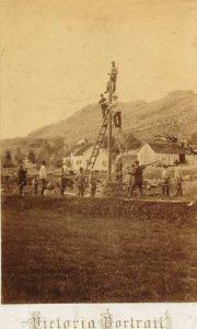 Bygging av telegraflinje ved Hetland i Heskestad sommeren 1857. Dette er det hittil eldste kjente utendørs fotografi fra Dalane. Foto: Ukjent fotograf.