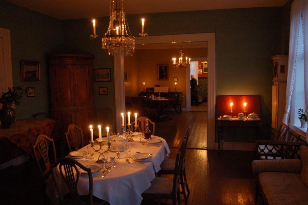 Et dekket bord og stearinlys i hovedhuset på Slettebø i julen. Foto: Torbjørn Bøe