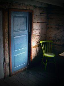 Dør og stol i Helleren. Foto: Jon Ingemundsen