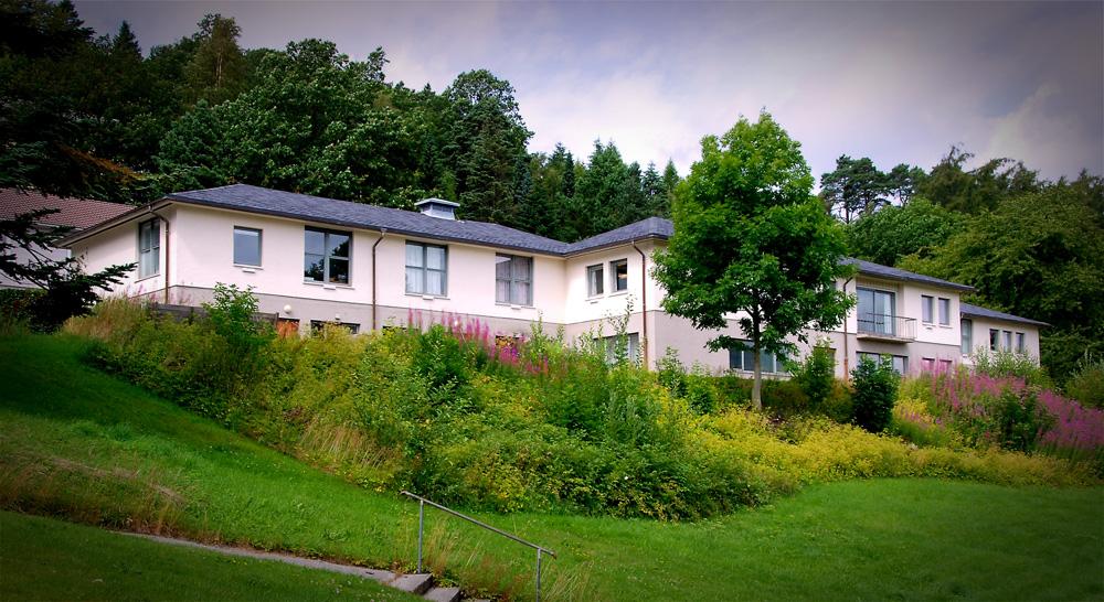Administrasjonsbygget på Slettebø sett fra parkeringsplassen. Foto: Torbjørn Bøe