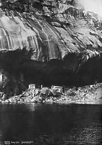Foto av Helleren 1916. Brakken til venstre var i bruk av arbeidere på smelteverket. Foto: A,B, Wilse. Titania A/S.