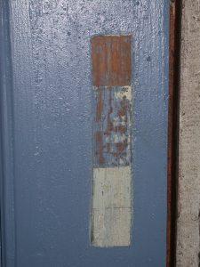 Bilde av malingstrapp på blå dør