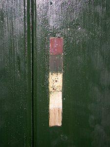 Bilde av malingstrapp på en grønn dør