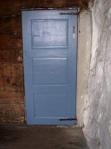 Bilde av den blå døra i Helleren fra innsiden.