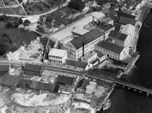 Flyfoto av fabrikkområdet til Egersunds Fayancefabriks Co i 1952. Foto: Widerøes Flyselskap.