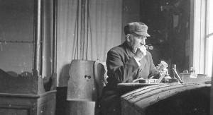Foto av A. S. Dancke som beskuer en kopp i museets første lokaler på Årstad. Foto: M. E. Dancke.