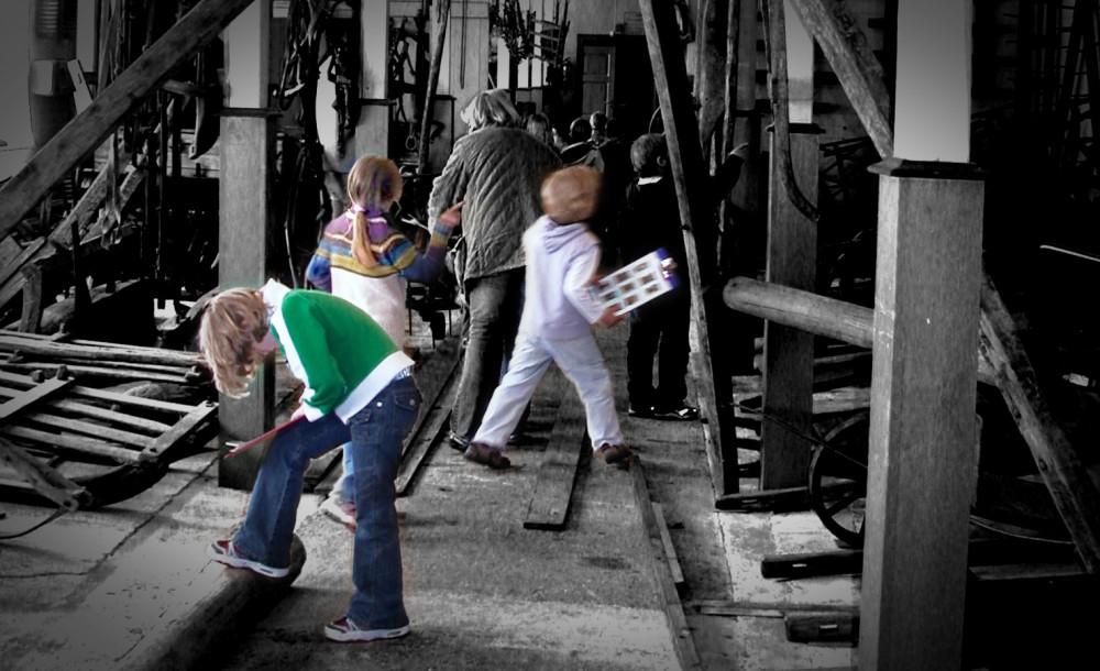 Barn i landbruksavdelingen under skolebesøk