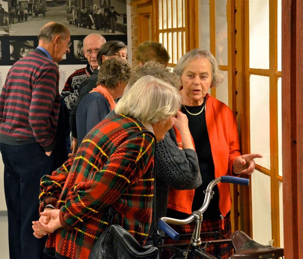 De besøkende tar en nærmere titt på julepyntutstillingen. Foto: Torbjørn Bøe
