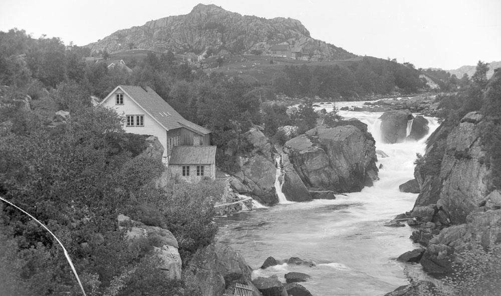 Fotlandsfossen med Fotland Uldspinneri cirka 1896. Foto: Petter Arnfinn Flak (DFF-AF0061).