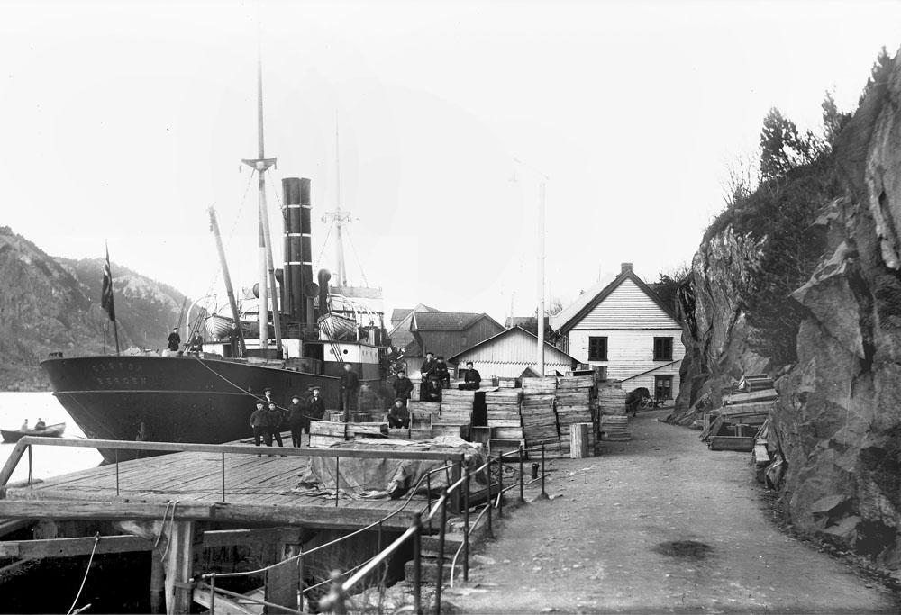 Dampskipskaien og enden av Strandgaten/begynnelsen av Varbergveien fotografert rundt 1906. Foto: E. H. Torjusen (DFF-EHT0045).