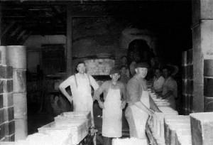 Et akkordlag stuer en kullfyrt brennovn, cirka 1946