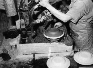 Foto av jiggerforming av tallerker ved Egersunds Fayancefabriks Co. cirka 1955