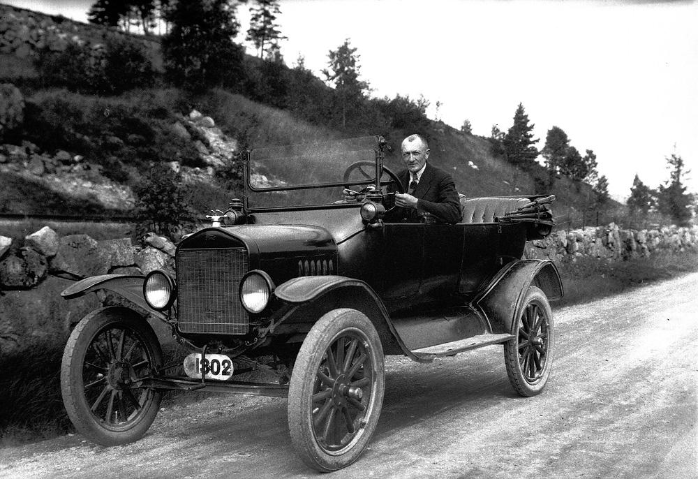 E. K. Ellingsen bak rattet i Asbjørn Thorsens bil. Foto: E. K. Ellingsen (DFF-EKE0089)