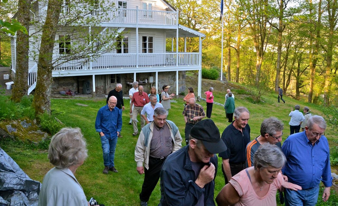 Forsamlingen setter kursen mot Samuel og håper på kaffe. Foto: Torbjørn Bøe