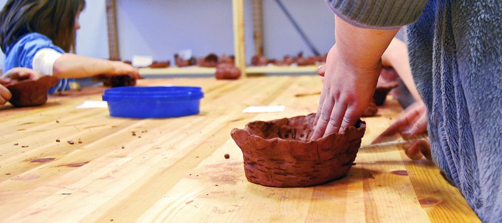 Lek med leire: Forming av krukke i leire på Egersund Fayancemuseum