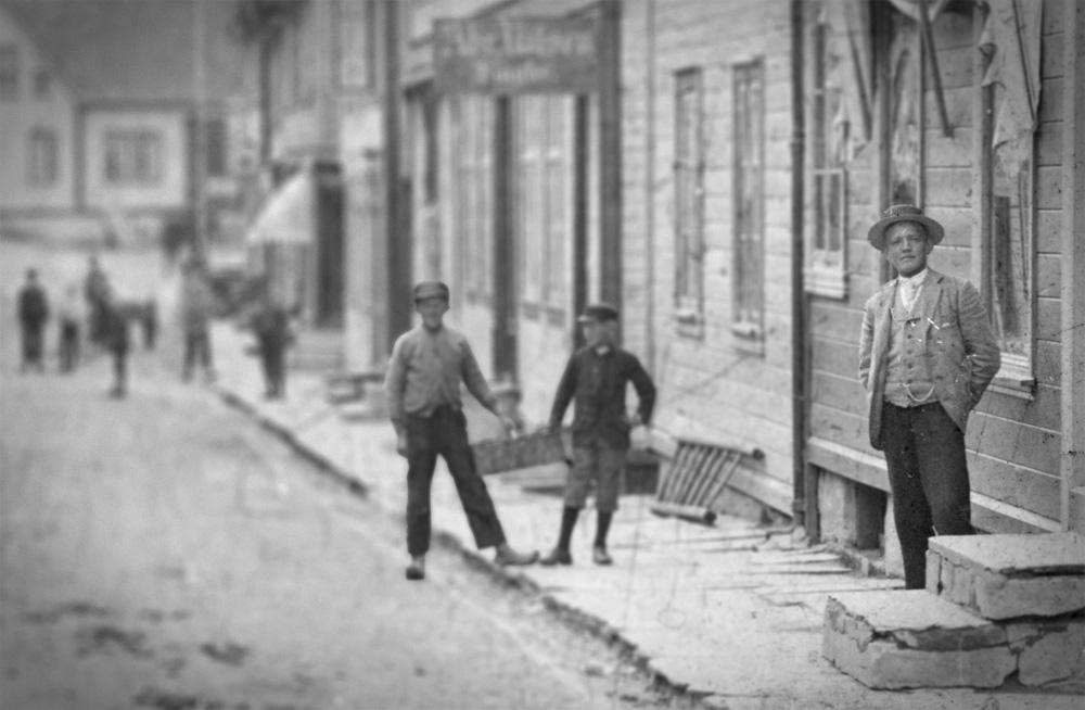 Peter Arnfinn Flak i Elvegaten i Egersund. Cirka 1890-1896. Foto: Peter Arnfinn Flak, DFF-AF0163 (bildet er redigert).