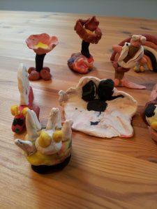Figurer laget i plastellina av besøkende på Egersund Fayancemuseum
