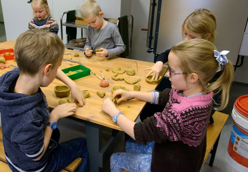 Lek med leire på aktivitetsrommet på Egersund Fayancemuseum. Foto: Jon Magne Bøe/Dalane Folkemuseum.